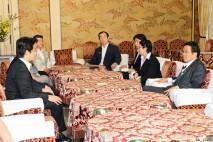 野党6党の国対委員長会談に臨む��木国対委員長、松原国…