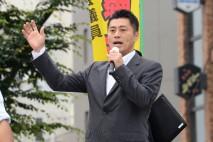 金町駅前で民主党の政策を訴える細野幹事長