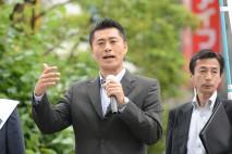 八王子駅北口で街頭演説をする細野幹事長