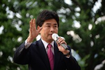 三鷹駅北口で演説する山井和則衆院議員