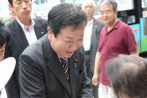 支持者と握手する野田最高顧問