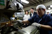 金属の加工作業に見いる海江田代表