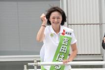 有権者からの激励に応える吉田候補