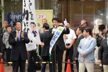 応援に訪れた海江田代表とともに谷候補が訴える