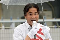 守山市内のスーパー前でマイクを握る徳永久志公認候補