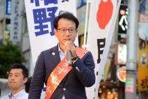 新宿駅東南口で街頭演説する鈴木寛公認候補