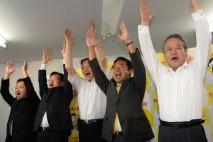 当選確定を受け喜び合う森本候補ら