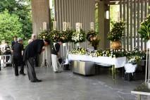 海江田代表、千鳥が淵戦没者墓苑を訪れて献花 戦没者を…