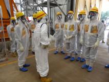 多核種除去設備で説明を受ける調査団