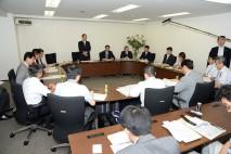 対策本部会議であいさつに立つ大畠幹事長