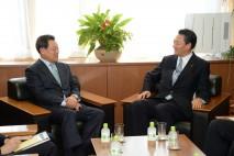 李大使と会談する海江田代表