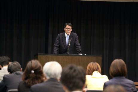 研究会の冒頭講演する海江田代表