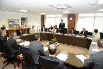 気仙沼市役所であいさつする海江田代表