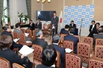 代議士会であいさつする海江田代表