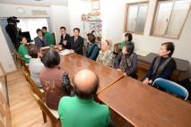 障害者就労支援施設で懇談する海江田代表