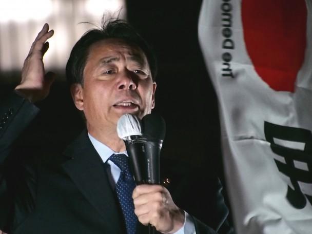 東京・新橋駅前で特定秘密保護法案の問題点を訴える海江田代表