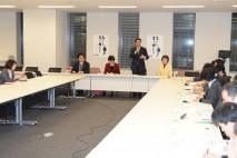 食品虚偽表示問題対策本部の会合であいさつする海江田本…