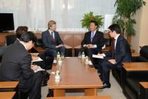 UNHCR大使と会談する海江田代表