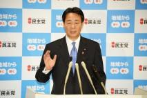 定例記者会見で記者の質問に答える海江田代表
