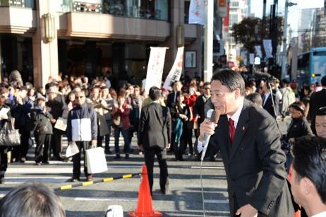 銀座4丁目交差点の歩行者天国で演説する海江田代表と足…