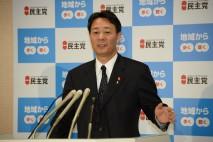 記者の質問に答える海江田代表
