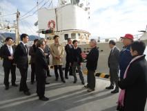 再建された石巻漁港を視察する視察団