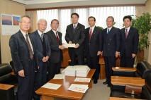 退職者連合の阿部会長から要請書を受け取る海江田代表