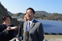 鳴門市内の太陽光発電所建設現場を視察し記者団に感想を…
