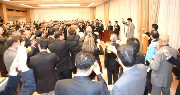 前外務大臣の玄葉光一郎議員の発声で乾杯 前外務大臣の玄葉光一郎議員の発声で乾杯 民主党広報委員会