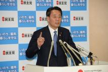 記者団の質問に答える海江田代表