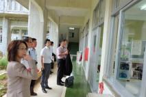 竹富小中学校の授業風景を視察