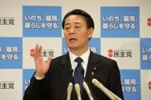 記者会見で記者の質問に答える海江田代表