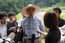 記者団の取材に応じる海江田代表