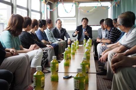 車座集会で支援者らと語り合う海江田代表