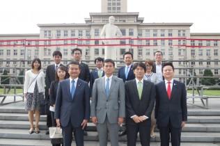 周恩来元首相の像を視察