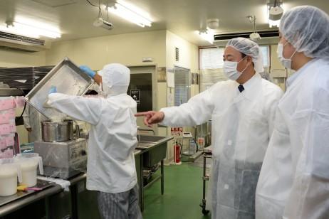 工場内を視察する海江田代表