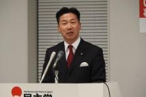 記者会見する福山政調会長