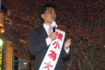 小田原駅前ポケットパークで演説する神山総支部長