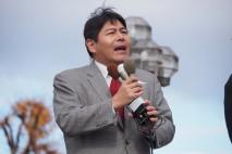 群馬県庁前で演説する宮崎民主党群馬1区総支部長