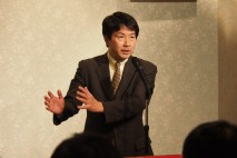 倉敷市内の柚木道義個人演説会で演説する大塚耕平政調会…