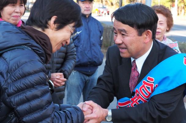温かい激励に握手で応える谷田川候補