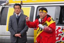 五泉市内で演説する黒岩宇洋候補と岡田代表代行