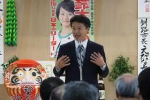 釧路市内の鈴木貴子選挙事務所で支持者に演説する玄葉選…