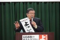 札幌市内の個人演説会で演説する横路孝弘候補