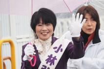聴衆に手を振って支持を訴える小林弘子候補