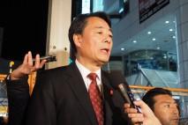 松戸駅前の演説後、記者団の取材に応じる海江田代表