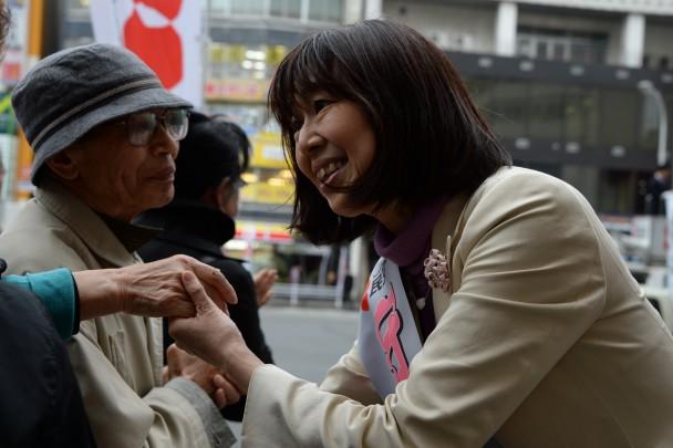 聴衆とがっちり握手を交わす守屋候補
