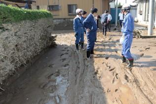 筑西市船玉地区。くるぶしまで泥に埋まる。