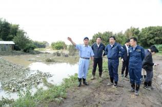 下妻市前河原地区で稲葉市長から説明を聞く枝野幹事長ら。