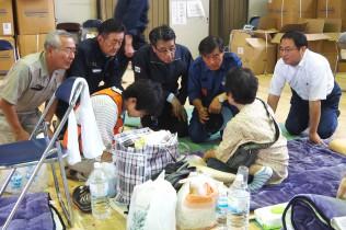 高杉市長と水海道小学校で避難者を見舞う一行